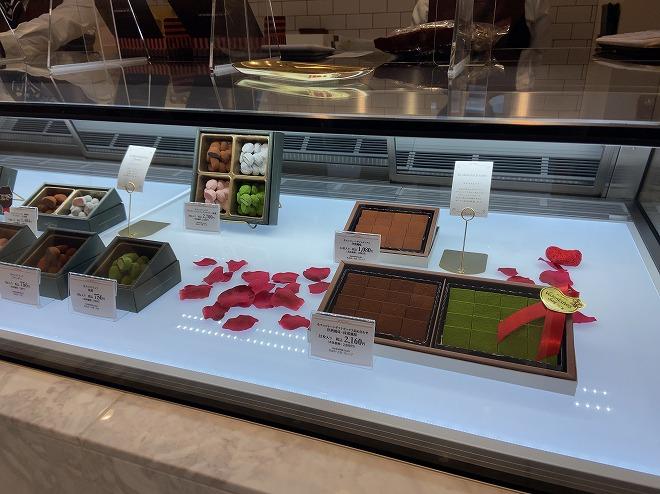 モンロワール自由が丘店ショーケースに展示されるチョコレート