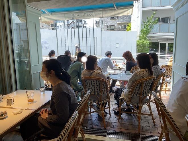 自由が丘のハワイ発のクレープカフェ『ノカオイ』で食事をする各テーブルのお客さん