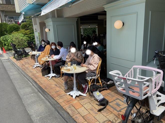 自由が丘のハワイ発クレープカフェ『ノカオイ』のテラス席で食事を楽しむお客さん
