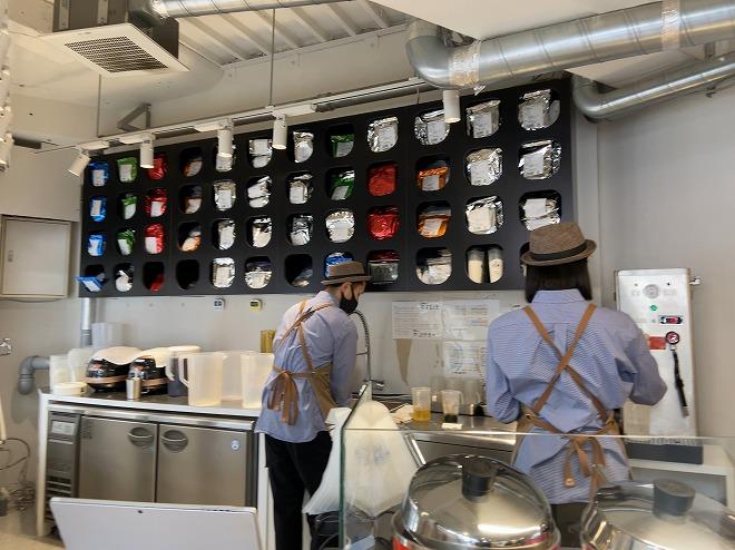 自由が丘茶工場の店中で店員さん二人が調理している様子