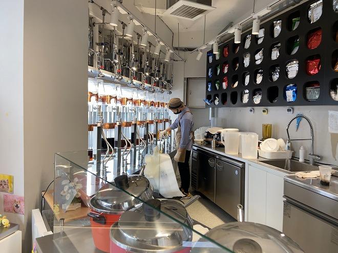 茶工場のマシンでマンゴーパッションティーを製造する店員さん